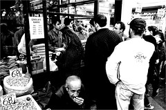 spi_275 (la_imagen) Tags: türkei turkey türkiye turquía istanbul istanbullovers eminönü sw bw blackandwhite siyahbeyaz monochrome street streetandsituation sokak streetlife streetphotography strasenfotografieistkeinverbrechen menschen people insan markt market pazar kahve