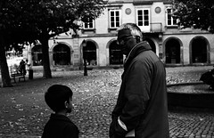 l'enfant, son regard (hugobny) Tags: ilford hp5 400iso caffenol cl strasbourg street smc semistand p30 pentax pentaxp30 pentaxlens 55mm f18 argentique analogue analog analogique