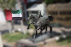 La fouge des Emirats (Pi-F) Tags: emirats abudhabi chevaux statue drapeau fouge étalon bronze deux cheval