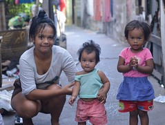 mother and daughters (the foreign photographer - ฝรั่งถ่) Tags: may282016nikon young mother two daughters khlong bang bua portraits bangkhen bangkok thailand nikon d3200