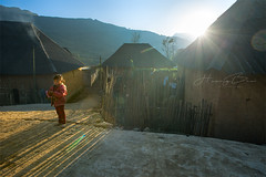 _U1H6696.0217 Y Tý,Bát xát-Lào cai (HUONGBEO PHOTO) Tags: làocai bátxát ytý eos1dsmarkiii zeissdistagont3518ze childrens countryside mountains sunstar sunbeam village sunset highland outdoor