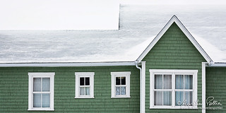 Hors saison, quatre fenêtres et un pignon