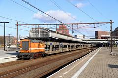 RFO huur JFT 9702 Amersfoort 16-02-2018 by Spoorhaar - RailForceOne (RFO) huurt van Jacko Fijn Techniek de 9702. Deze loc werd door EEC in 1955 gebouwd (nr 2111) en reed voorheen als NS 614 en 679, ze ging naar RRF (loc 4) en Locon (loc 9702) en nu dus naar Jacko Fijn Techniek. Sinds kort komt RFO in actie voor de PON treinen van en naar Leusden (VW dealer PON). Hier sleept ze een lege set BLS autowagens door Amersfoort, 16-02-2018 (Erwin Voorhaar)