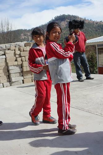 Les enfants, en uniformes, en pleine action