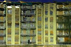 Mietspiegel;-) (ploh1) Tags: wasser fluss häuser wohnhäuser spiegelung reflexion mailand milano italien schöneswetter menschen leute personen fassade wohnen abstrakt