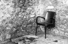 Soluciones (10/365) (Walimai.photo) Tags: lisbo lisboa black white blanco negro byn bw branco preto chair silla pata leg wall pared stone piedra