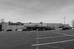 El Cinema. (carlosgsanmillan) Tags: cine cinema eeuu united states estados unidos america carpentersville coche car parking blanco negro black white bnw