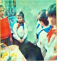 DDR Kinder in Pionierbekleidung,Thälmannpioniere,Jungpioniere,DDR Jugend,Freie-Deutsche-Jugend,DDR Pionier (SchlangenTiger) Tags: kinder jugend pioniere thälmannpioniere jungpioniere jungepioniere freiedeutschejugend fdj gst schule schüler mädchen gdr ddr pioniertreffen karlmarxstadt chemnitz sachsen 1988