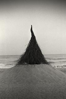 Artwork at the Gangneung Gyeongpo Beach (Nikon F2s, Kodak Tri-X 400, Tetenal Ultrafin)