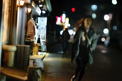 1955/1744 (june1777) Tags: snap street seoul bukchon gyedong night light sony a7ii carl zeiss jena czj biometar 80mm f28 hartblei tilt adapter 4000 clear bokeh dof girl