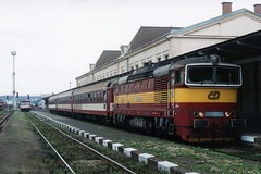 Čd 750 163-8 te Liberec Nádraží op 20-7-2005 (SCAN) by Date J. de Vries - Op 20 juli 2005 was ik het Tsjechische Liberec om op dit knooppunt van diesellijntjes lekker diesel te snuiven en treinen te spotten. De echte dieselliefhebber kan hier zijn hart ophalen. Er wordt soms van alles gecombineerd. Toen ik er was stonden er overal wagens en ook bijwagens van treinstellen. Deze werden dan mooi gecombineerd met verschillende diesellocs (o.a. serie 742, 743, 749 en 750). Hier staat de 750 163-8 met de bijwagens die normaal achter een treinstel van de serie 854 hangen. De combinatie werd die dag ingezet in de lokale stoptrein Os 6318 Liberec-Frýdlant v Čechách