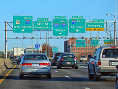 Approaching I-35/I-670 Junction, 15 Nov 2017 (photography.by.ROEVER) Tags: missouri kc kcmo kansascity i35 i670 interstate interstate35 freeway road highway interchange ramp exit loop downtownloop drive driving driver driverpic ontheroad sign highwaysign overheadsign bgs biggreensign morning commute 2017 november november2017 kansas usa