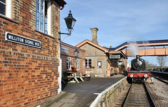 7822 Foxcote Manor waits at Williton. (johncheckley) Tags: d90 train railway uksteam signalbox station