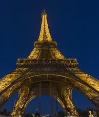 Torre Eiffel (José M. Arboleda) Tags: arquitectura anochecer cielo nocturno noche torre eiffel luz iluminación paris francia eos josémarboledac ef1740mmf4lusm markiii canon 5d