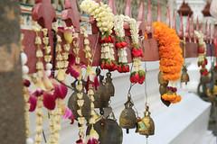 Spirit of Bangkok (preze) Tags: buddhism buddhismus buddhistisch glocken glöckchen bell blumengirlanden flowergarlands blumenkette phuangmalai opfergaben offerings malaichaideaw jasminblüten kronenblume crownflower madar calotropisgigantea ดอกรัก doklak watarun tempeldermorgenröte yai thailand bangkok กรุงเทพมหานคร
