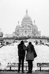 Love is holding an umbrella to your loved one! (Mustafa Selcuk) Tags: 2018 paris february fevrier sacrecoeur sacrécœur snow snowinparis parisian parisienne blackandwhite bnw bw siyahbeyaz noiretblanc neb nb photosdesrues monochrome monochromatic love parisjetaime street streetphotographer streetphotography streetshooter neige umbrella