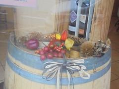 1351 (en-ri) Tags: bottles vino wine sony sonysti botto foglie leaves vetrina pigna castagna bottiglie