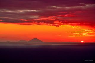 Il Sole scende e guarda le isole Eolie Italy