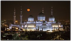 The moon and the mosque (Robert Haandrikman) Tags: abu dhabi zayed grand mosque moon dark night light islam emirati dubai uae sheikh