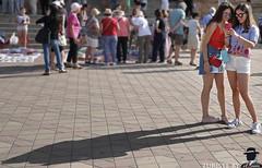 TURISTE A SIVIGLIA (ADRIANO ART FOR PASSION) Tags: turiste ombra siviglia foto nikon nikond90 gruppodipersone ragazze nikkor18200 parco shadow sombra girl chicas andalusia seville persone selfie ritratto portrait