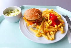 Cheeseburger with french fries / Cheeseburger mit Pommes Frites (JaBB) Tags: burger cheeseburger pommesfrites frenchfries käse cheese bacon speck food lunch ketchup essen nahrung nahrungsmittel mittagessen kantine betriebsrestaurant