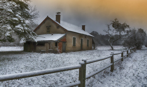 Neige en forêt et maison forestière abandonnée.