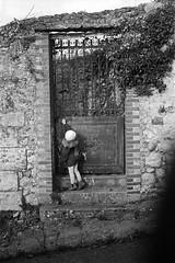. (Film_Fresh_Start) Tags: 24x36 agfakarat36 argentique kodaktrix400 rodenstockheligon50mm2 film bw nb enfance childhood jardinsecret argentiqueboitier argentiquefilm argentiqueobjectif eden personnes tours télémétrique
