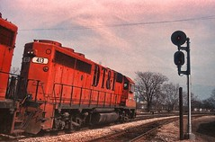 DT&I leans past the signal (rrradioman) Tags: gp402 emd electromotive dti detroit toledo ironton 1983 south bend indiana gtw grand trunk western