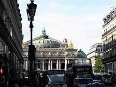 druk en nog eens druk (roberke) Tags: opera gebouw old oud autobus street straat mensen people druk sky lucht clouds wolken outdoor parijs paris architectuur