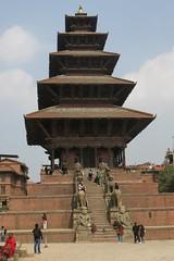 Temple de Nyatapola (Bhaktapur, Népal) (michele 69600) Tags: hindouisme templedenyatapola bhaktapur népal asie asia architecture bâtiment brique personnes durbarsquarebhaktapur