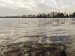 A pelo d'acqua. Idroscalo (diegoavanzi) Tags: idroscalo seaplane base lago lake acqua water riflessi reflections nuvole clouds sony hx300 bridge milano milan italia italy lombardia lombardy