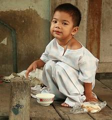 squatting boy (the foreign photographer - ฝรั่งถ่) Tags: squatting boy child food bowl sandwich khlong thanon portraits bangkhen bangkok thailand canon