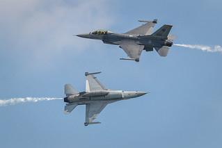 Two F-16 crossing