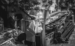 Centro/mercado (David Ramirez R.) Tags: documental sombras luces momentos fotografíacallejera streetphotography blancoynegro blackandwhite bw