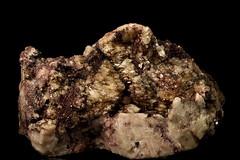 33.3  Mangaaniepidootti, maasälpäkiteitä (Renkomäki), manganite, feldspar crystals (pegmatite96) Tags: mangaaniepidootti maasälpäkikteitä renkomäensoramonttu suomi finland mineraali mineraler sten stensamling kivikerho kiviharrastajat mineraaliharrastajat