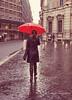 Hacia a algún lugar... (Adri T fotografías) Tags: roma paraguas umbrella lluvia rain calle street people gente genteenlacalle fotografíacallejera fotosconlluvia red women mujer piloto streetphotography streetwear