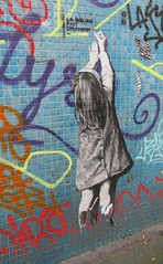 Arriver à joindre les deux bouts (Robert Saucier) Tags: paris mur wall murale mural graffiti streetart sticker img6542