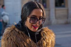 Big specs and smile (Nikonsnapper) Tags: leica m10 summicron 90mm cardiff street colour lipstick red large glasses earphones