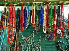 Joyas (Micheo) Tags: elzocodekairouan zoco medina mercado market vacaciones artesania collares pulseras joyas recuerdos memories 2007