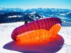 Gleitschirmsegler vor dem Start (torremundo) Tags: sport gleitschirmsegler rigikulm schwyz schweiz winter sonne schnee farben orange rot