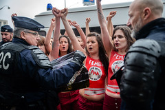 Les Femen s'invitent à la Marche pour la vie (dprezat) Tags: paris marchepourlavie antiivg antiavortement femen women activiste féministe manifestation marche contest protest street people nikond800 nikon d800