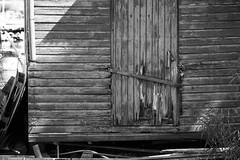 IMG_0462 (www.ilkkajukarainen.fi) Tags: saaristo saari suomi suomi100 finland travel traveling visit meri sea hanko hiittinen eu eurooppa scandinavia museumstuff monochrome blackandwhite mustavalkoinen maisema rosala ovi door lock lukko lukittu