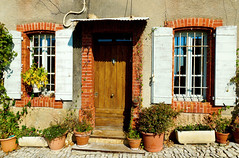 Devant la porte - Séguret (jeffandcompagny) Tags: art a77 azur zen exposition rouge red rue texture tradition sun sud lumière poésie provence poetry poem paysages soleil sky séguret design détails door france light life méditerranée way couleurs colors vaucluse nature maison house volets crazygeniuses