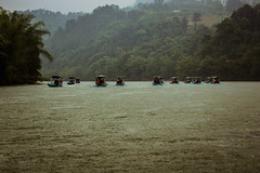 Race in the rain (marco_catullo) Tags: rio river china boat mountain montaña bote lluvia rain