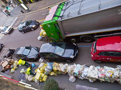 Müll / Garbage (schreibtnix on 'n off) Tags: reisen travelling italien italy mailand milan strase street menschen people autos cars laster lorry müll garbage olympuse5 schreibtnix