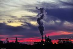Siluetas al atardecer (Peideluo) Tags: silueta contraluz colores colors atardecer nubes cielo sky chimenea humo silhouettes