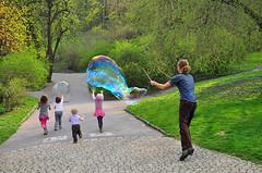 Nachher (Charli 49) Tags: street seifenblasenkünstler kinder prag park vorher nachher retouche