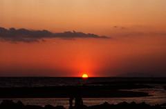 79-08_07-03_raw_b (paoloserra) Tags: controluce backlight mare sea sun sunset tramonto sole paesaggio landscape ektachrome 35mm pentaxmx diapo diapositiva slide kodak
