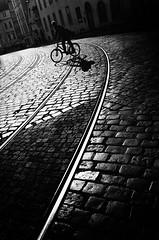 LINEAS CORTADAS (oskarRLS) Tags: bike street lines photographic bn bw monocromo monochrome boy biker trip viaje calle