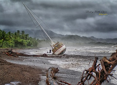 (065/18) El yate varado (Pablo Arias) Tags: pabloarias photoshop photomatix capturenxd costarica cielo nubes bote yate velero agua mar océano pacífico palmeras playa tronco playatambor